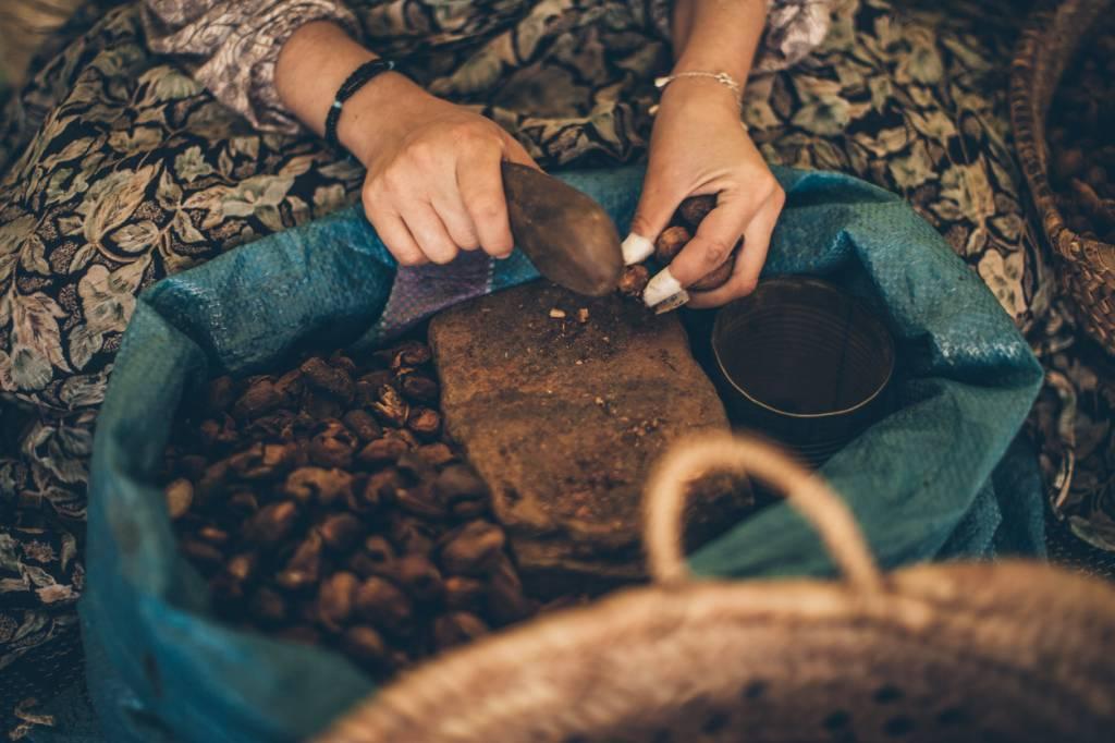 Production de l'huile d'argan à la main
