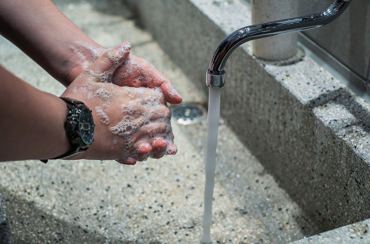 Lavage de mains à l'eau calcaire