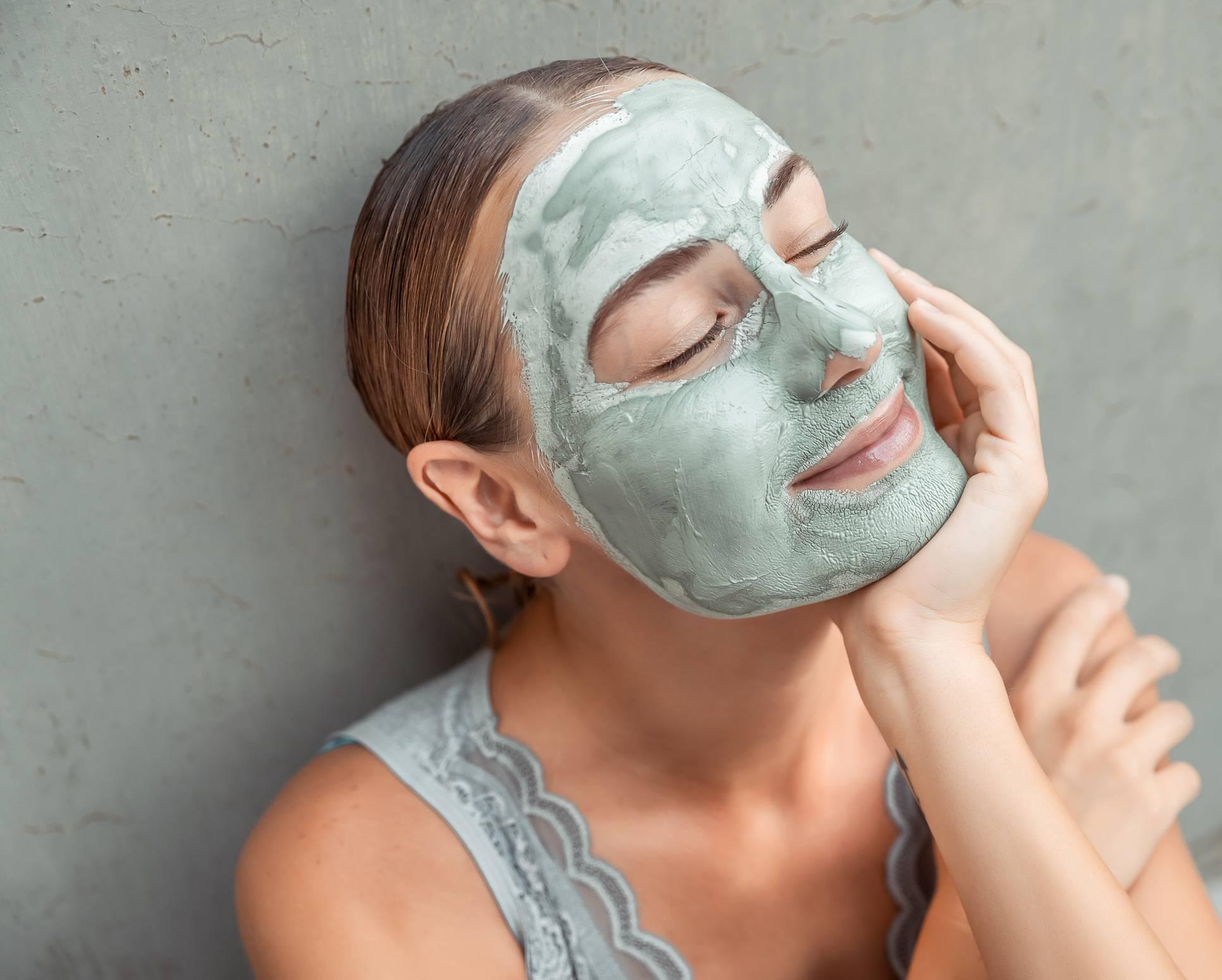 L'argile en poudre se transforme en cosmétique naturel très efficace