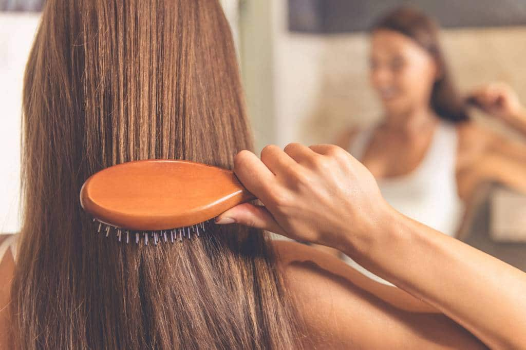 Cacher ses cheveux gras peut être temporaire, des solutions à long terme existent