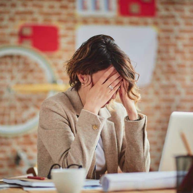 Femme prise de stress