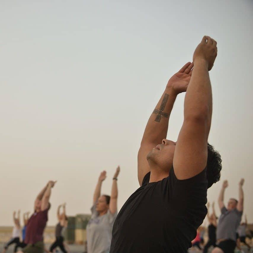 Homme à l'esprit zen pratiquant le yoga