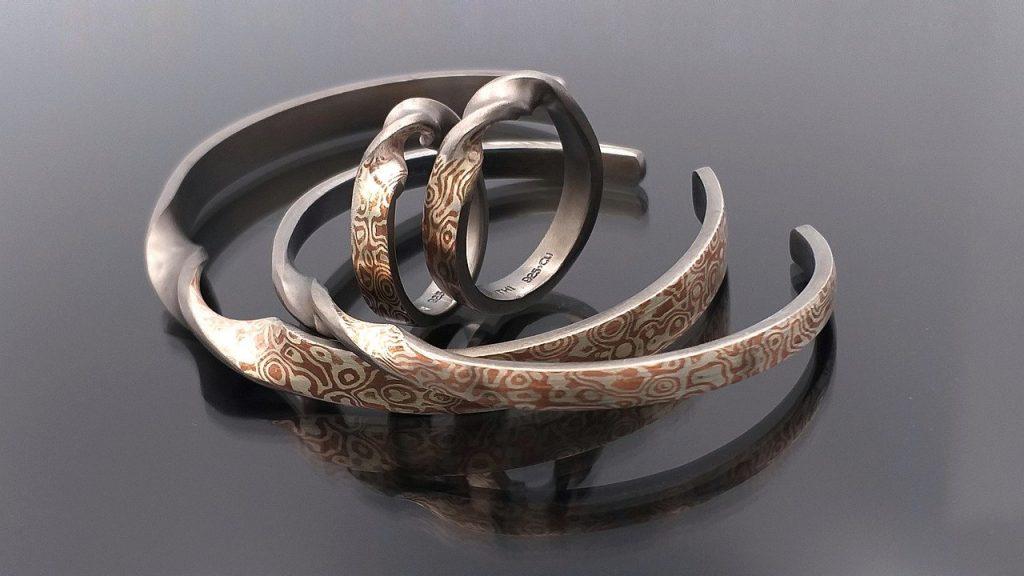 Un bracelet en cuivre magnétique par définition