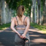 La femme sportive prend soin d'elle à travers le sport sur Prends en soin
