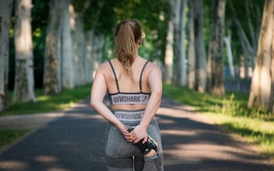 La femme sportive prend soin d'elle à travers le sport
