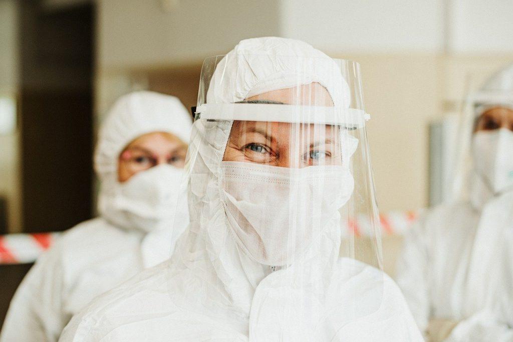 La covid-19 est combattue grâce aux accessoires de protection et aux tests