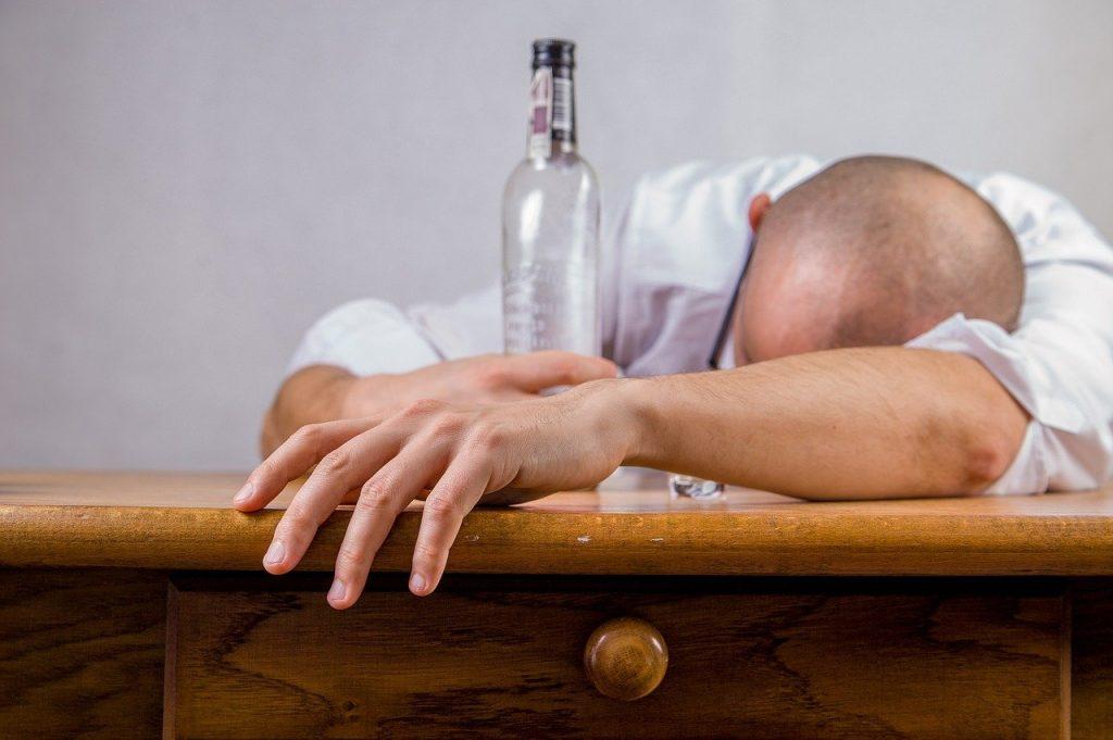 L'alcool consommé sans modération détruit l'organisme. La mise en pratique des astuces suivantes vous permettra d'arrêter de boire de l'alcool.