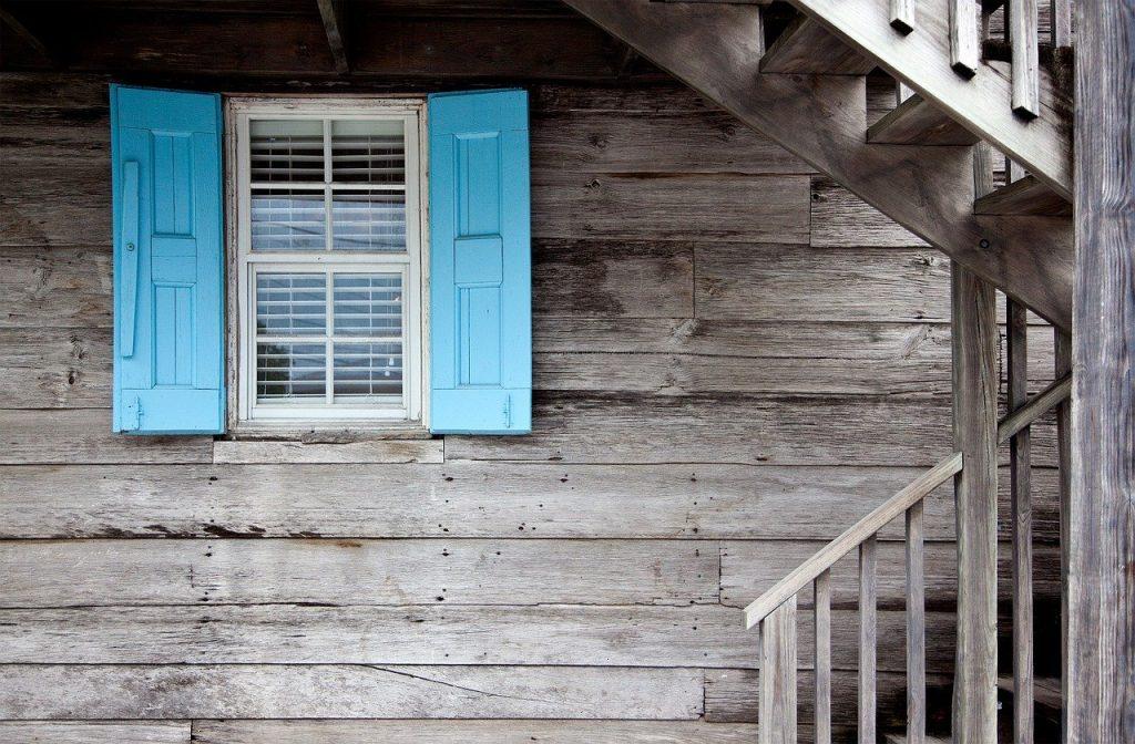 En vous décidant à vivre dans une maison en bois, vous bénéficierez de son confort mais bien évidemment cet agréable cadre de vie à un coût !