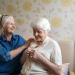 Les troubles auditifs affectent plus du tiers des plus de 65 ans. Quels sont les aménagements possibles pour senior malentendant ou malvoyant ?
