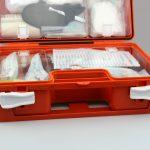 La trousse de premier secours fait partie des indispensables pour organiser les secours et les soins médicaux d'urgence aux salariés.