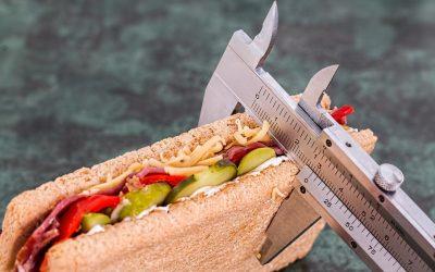 Excès de poids et espérance de vie : pourquoi ne pas forcément viser le poids idéal ?