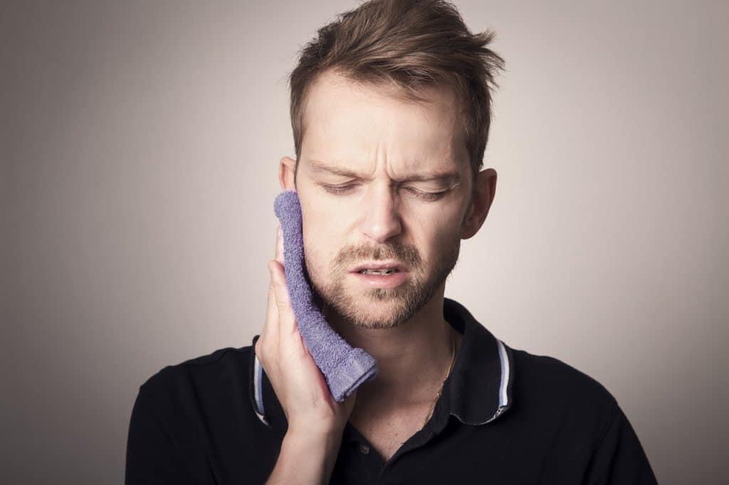 Le serrement involontaire des muscles de la mâchoire est connu sous le nom de bruxisme. Voici les causes possibles de ce véritable handicap.