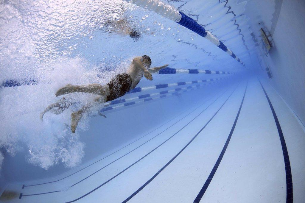 La natation est un excellent moyen d'être en forme, elle est aussi rude pour le corps. Quels types d'exercices pour prévenir les blessures ?