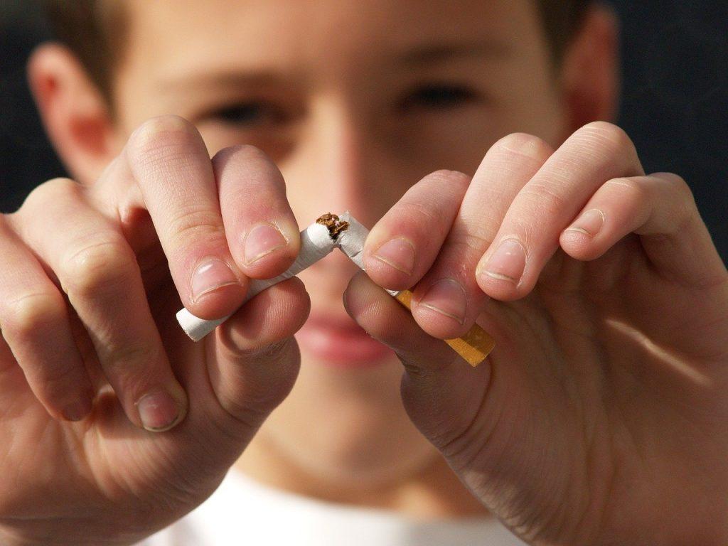 Existe-il des avantages liés à la cigarette électronique ? Selon des rapports récents, le vapotage pourrait être lié à des maladies pulmonaires.