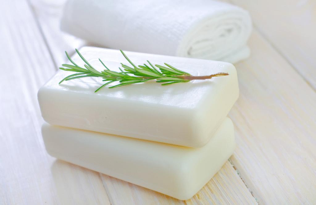 Peu importe le problème qui touche votre peau, un savon au lait de chèvre pourrait le résoudre. Toutefois, il faut bien choisir le produit.